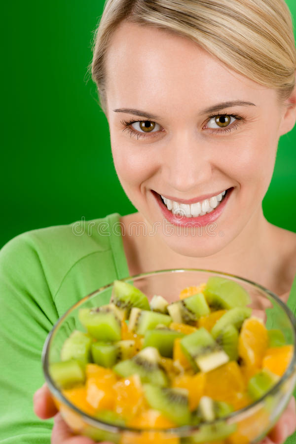 Gezonde levensstijl - de fruitsaladekom van de vrouwenholding stock foto
