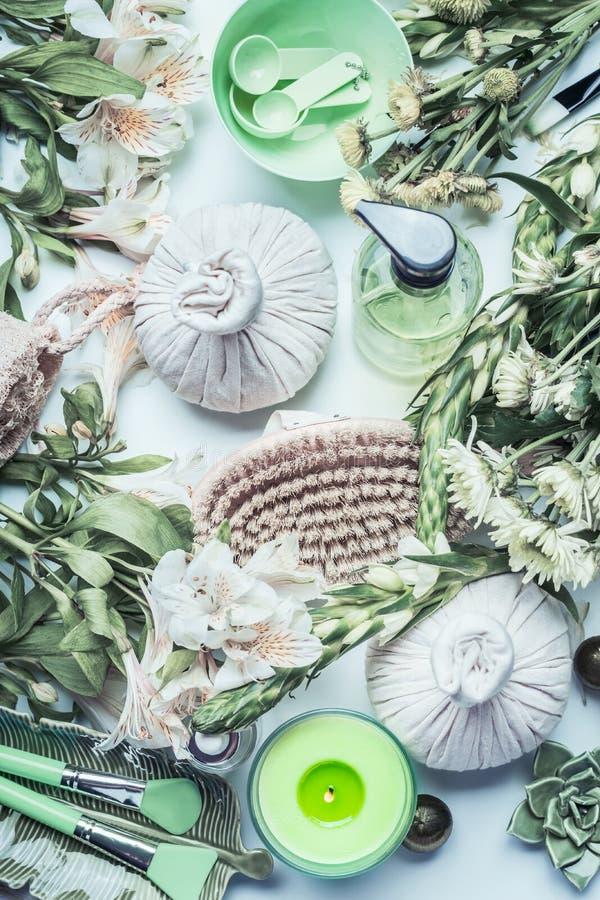 Gezonde levensstijl die met groen kruidenkuuroord, wellness en massagehulpmiddelen en toebehoren, hoogste mening plaatsen schoonh stock foto