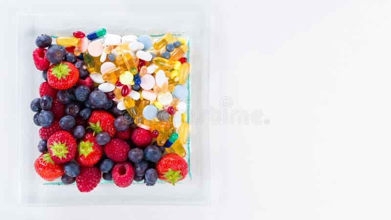 Gezonde levensstijl, dieetconcept, Fruit en pillen, vitaminesupplementen royalty-vrije stock foto