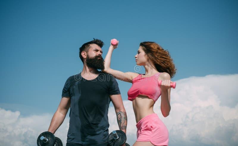 Gezonde Levensstijl dieting Vrijheid sportieve paar opleiding openlucht perfecte lichaamsspier Domoor het opheffen Sport en stock afbeelding