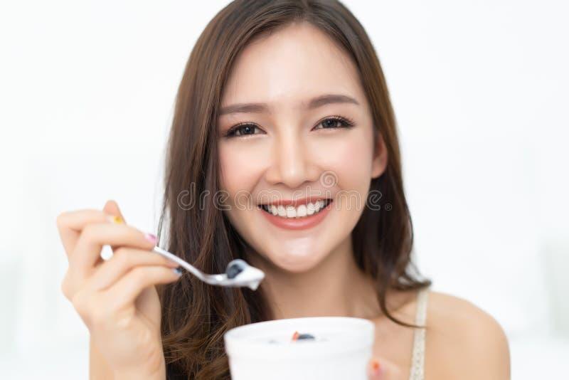 Gezonde Levensstijl Glimlachende gelukkige jonge Aziatische vrouw die met F eten stock foto's