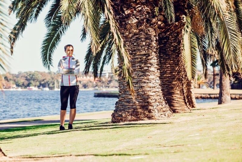 Gezonde levensstijl jonge sportieve vrouw die onderbreking hebben royalty-vrije stock fotografie