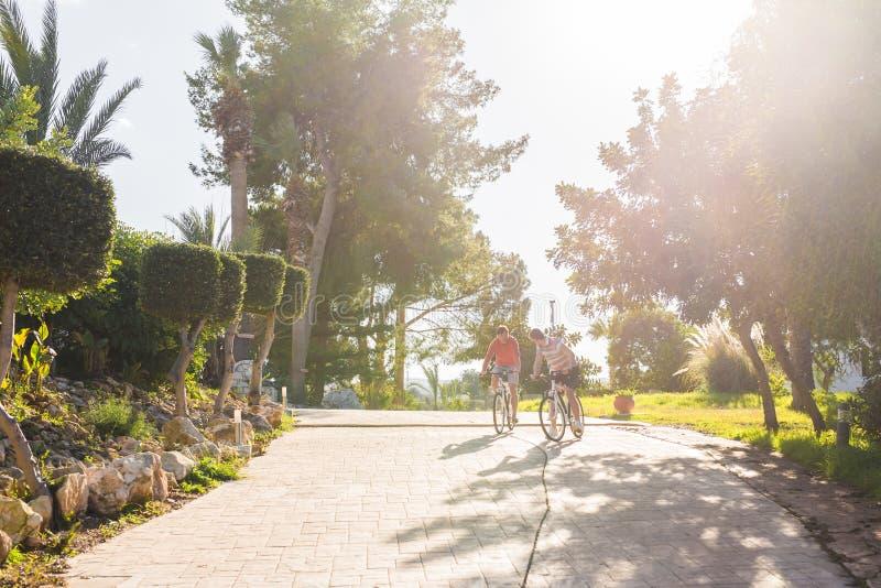 Gezonde levensstijl - mensen die fietsen in stadspark berijden royalty-vrije stock foto's