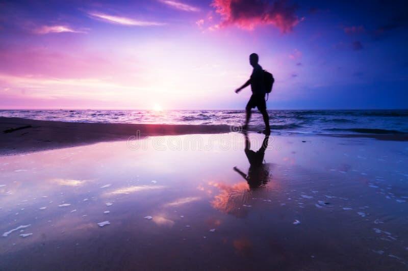 Gezonde levensstijl, strand bij zonsondergang stock fotografie