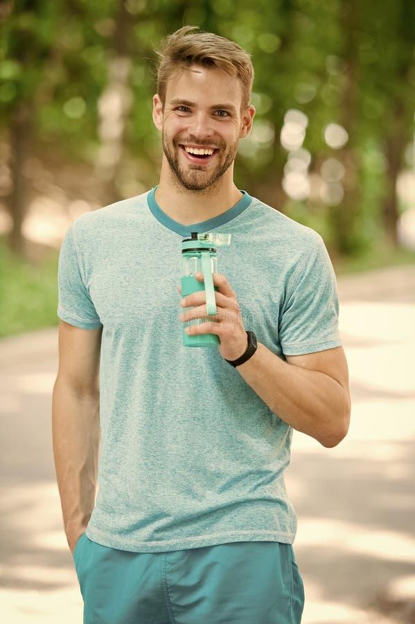 Gezonde Levensstijl gezonde levensstijl van gelukkige sportman de atletische mens met gezond water houdt sportlevensstijl Gezond stock foto