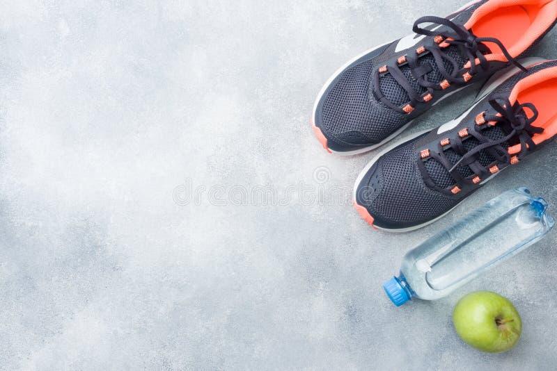 Gezonde levensstijl, voedsel en water, het materiaal van de atleet op grijze achtergrond Vlak leg Hoogste mening met exemplaarrui stock afbeelding