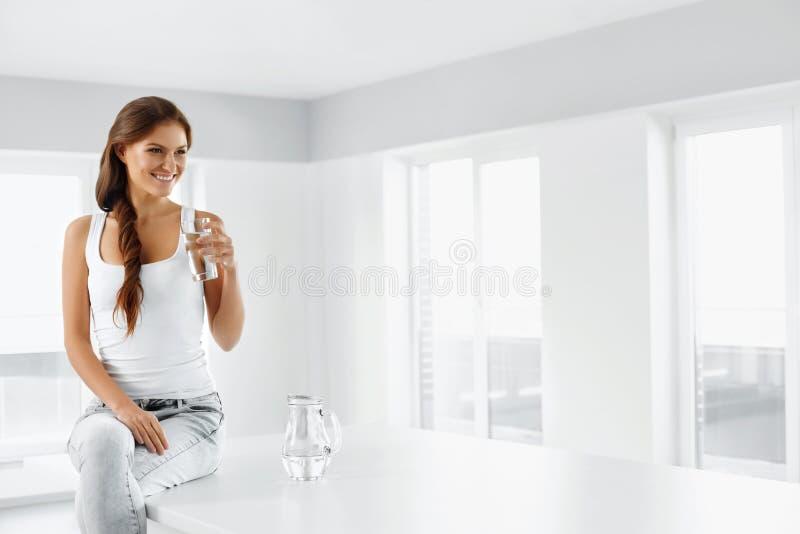 Gezonde Levensstijl Vrouw met glas water Het gezonde Eten Di stock foto