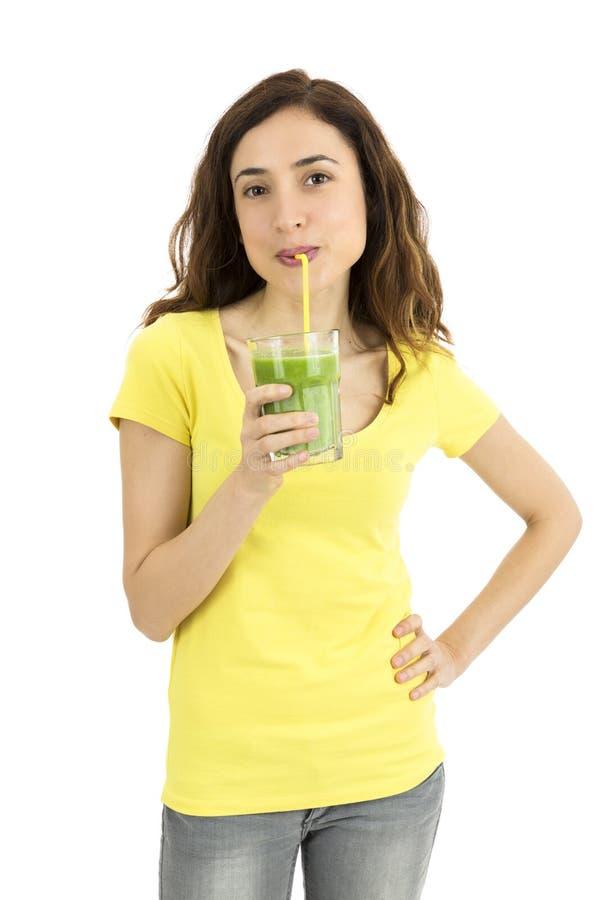 Gezonde levensstijlvrouw die groene smoothie drinken stock foto's