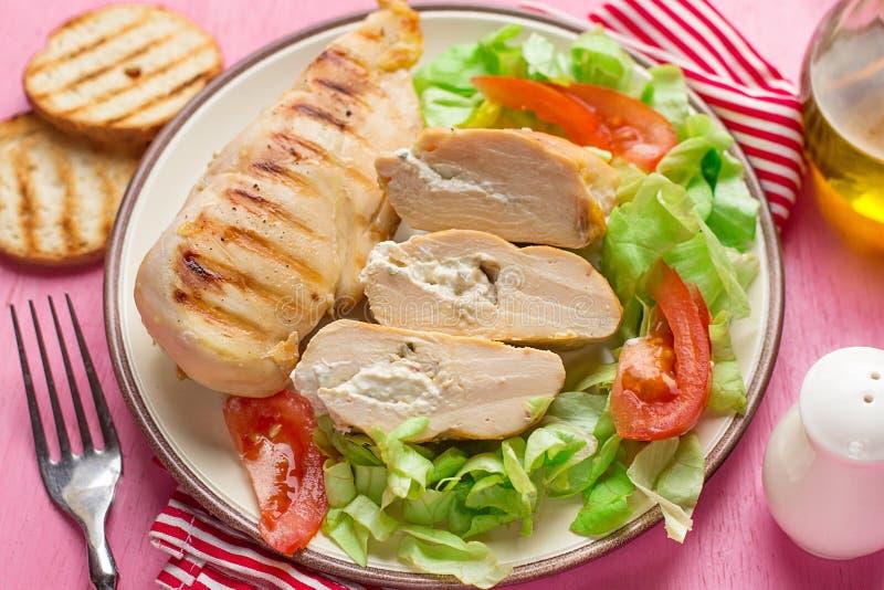 Gezonde lichte geroosterde die kippenborst met roomkaas wordt gevuld stock fotografie