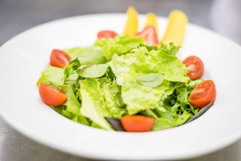 Gezonde, lichte salade met vruchten stock foto's