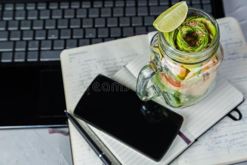 Gezonde lunch in glaskruik stock afbeeldingen