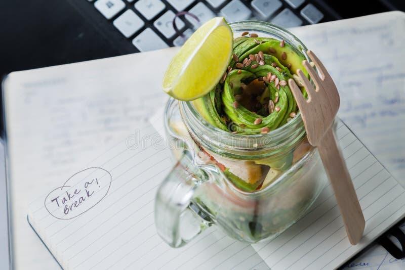Gezonde lunch in glaskruik stock afbeelding