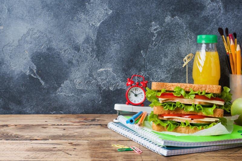 Gezonde lunch voor school met sandwich, vers appel en jus d'orange Geassorteerde kleurrijke schoollevering De ruimte van het exem stock afbeelding