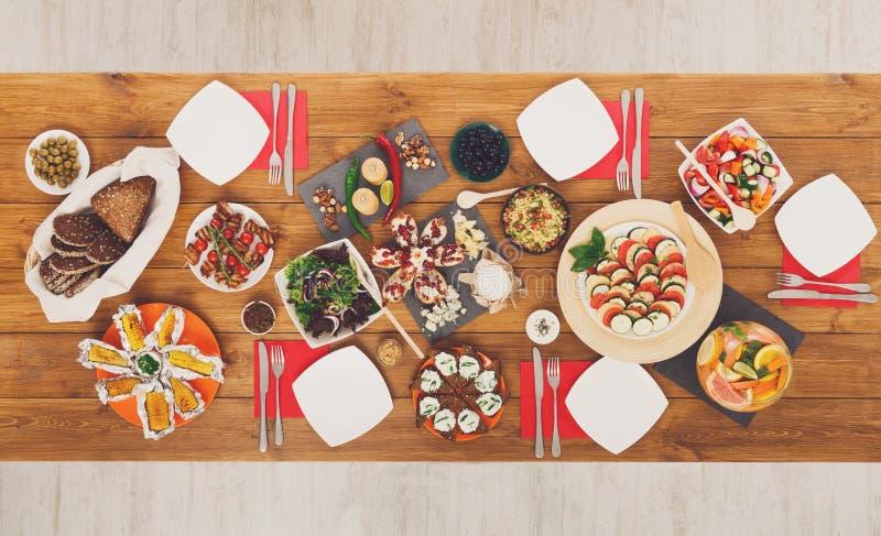 Gezonde maaltijd bij feestelijke die lijst voor dinerpartij wordt gediend royalty-vrije stock afbeeldingen