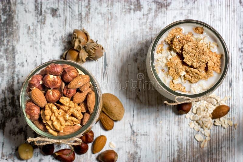 Gezonde maaltijd - ontbijthoogtepunt van vitaminen en mineralen stock foto