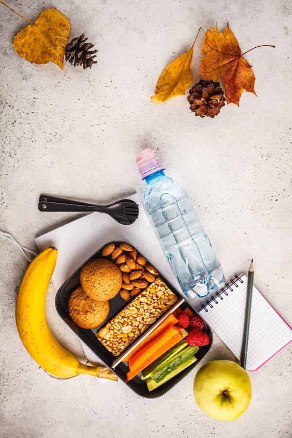 Gezonde maaltijd prep containers aan school met graangewassenbar, vruchten, royalty-vrije stock foto's