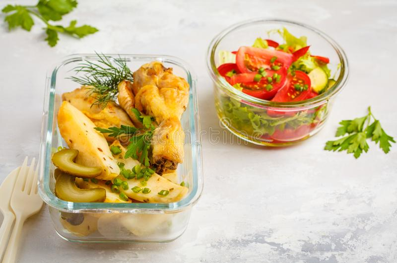 Gezonde maaltijd prep containers met gebakken kip, aardappels en ve royalty-vrije stock afbeeldingen