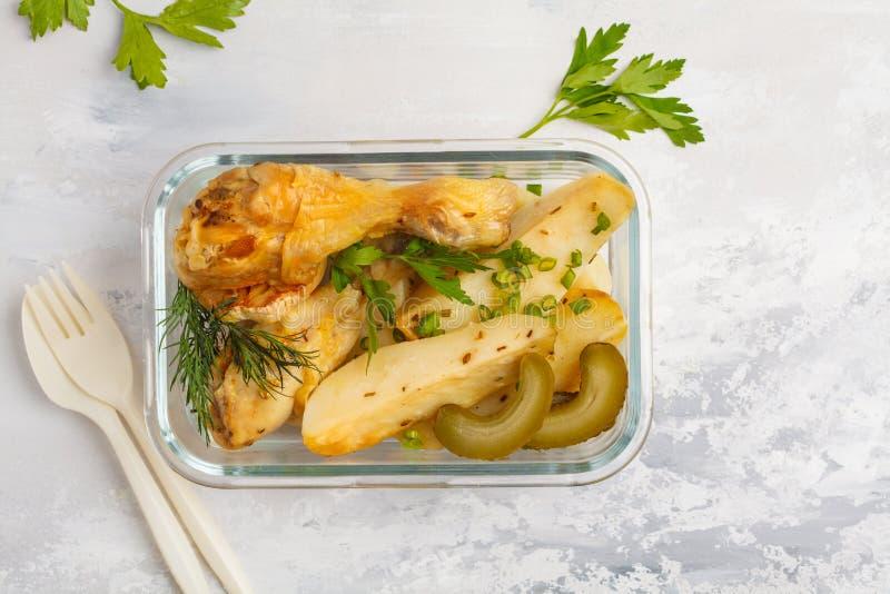 Gezonde maaltijd prep containers met gebakken kip en aardappels, aan stock fotografie
