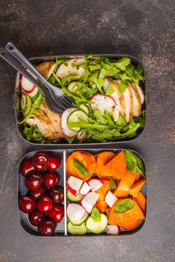 Gezonde maaltijd prep containers met geroosterde kip met salade, sw stock afbeelding