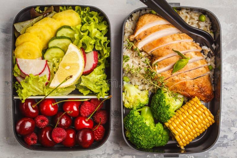 Gezonde maaltijd prep containers met geroosterde kip met vruchten, B stock afbeelding