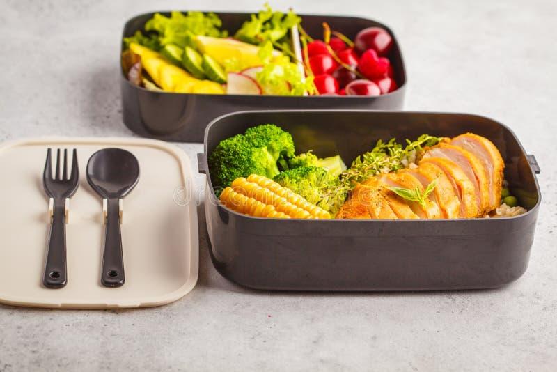 Gezonde maaltijd prep containers met geroosterde kip met vruchten, B stock foto's