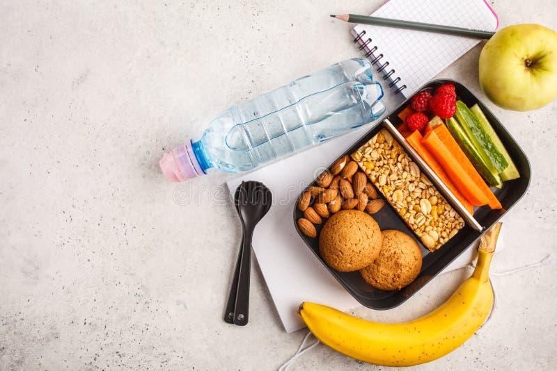 Gezonde maaltijd prep containers met graangewassenbar, vruchten, groenten royalty-vrije stock foto