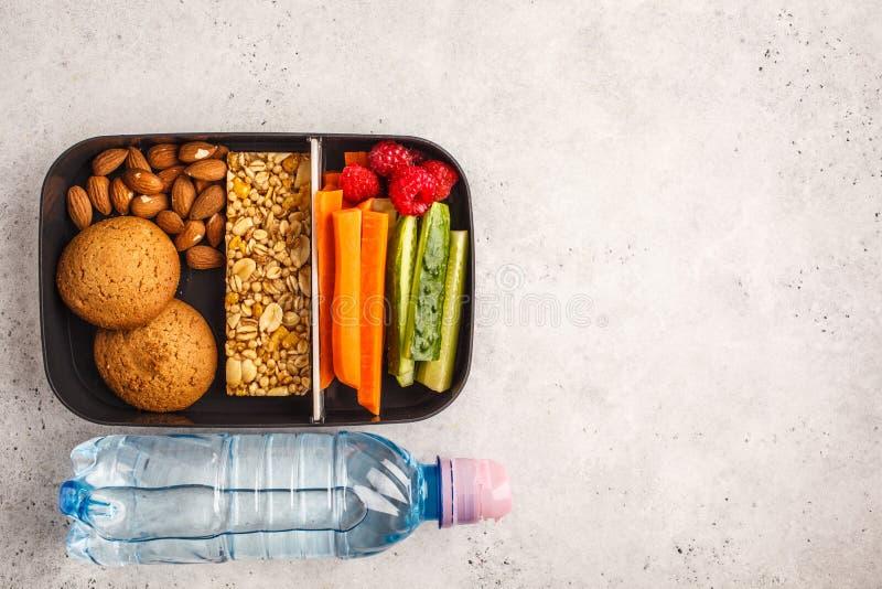 Gezonde maaltijd prep containers met graangewassenbar, vruchten, groenten royalty-vrije stock fotografie
