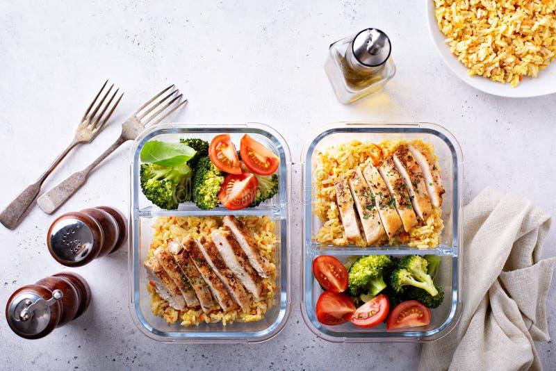 Gezonde maaltijd prep containers met kip en rijst royalty-vrije stock afbeeldingen