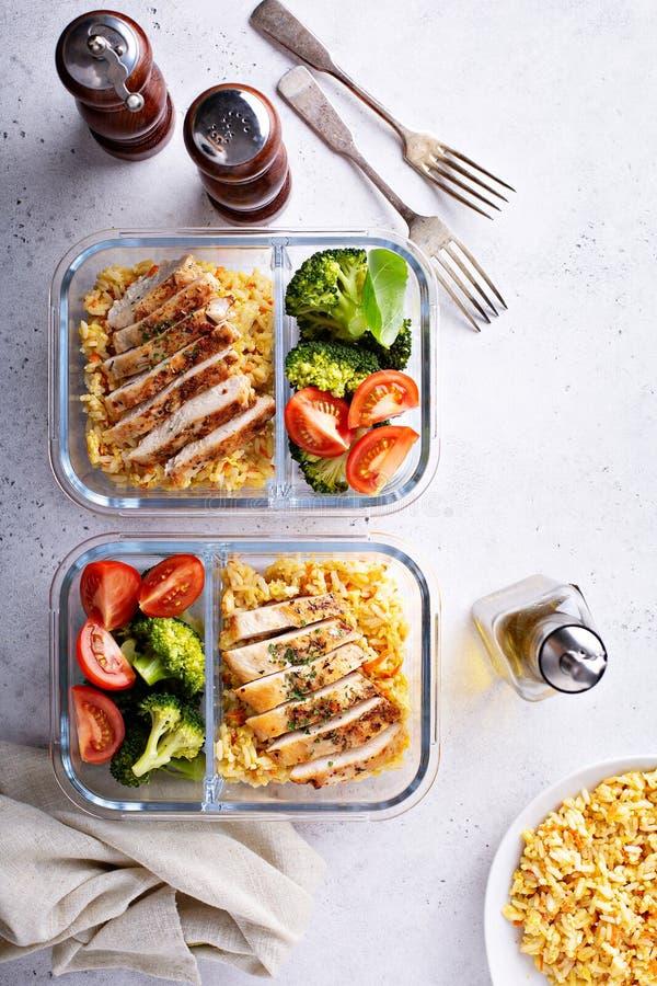 Gezonde maaltijd prep containers met kip en rijst stock afbeeldingen