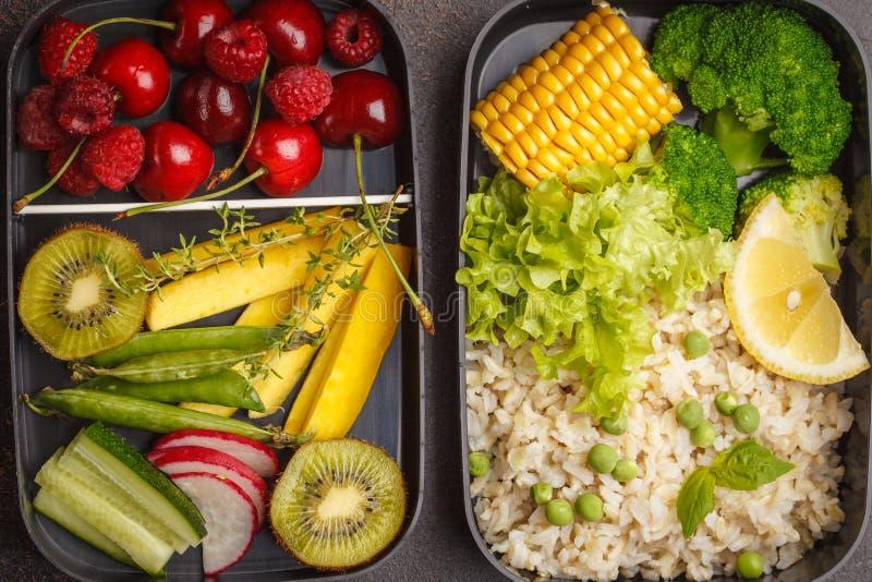Gezonde maaltijd prep containers met ongepelde rijst, broccoli, vegetabl stock afbeelding