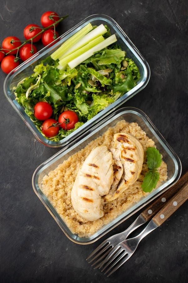 Gezonde maaltijd prep containers met quinoa, boven geschotene kippenborst en groene salade Hoogste mening Vlak leg stock foto