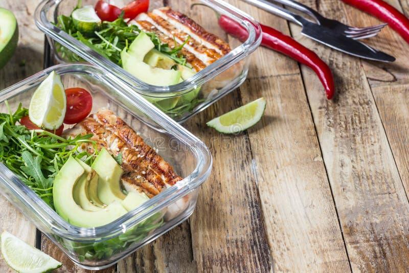 Gezonde maaltijd prep containers met rukola, de grill van Turkije, tomaten en avocado royalty-vrije stock foto's