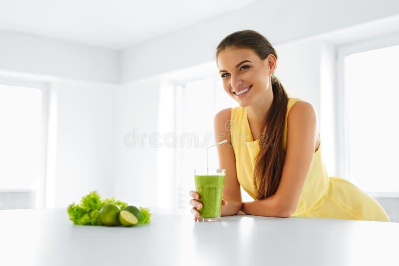 Gezonde Maaltijd Vrouw die Detox Smoothie drinken Levensstijl, Voedsel Dr. stock afbeeldingen