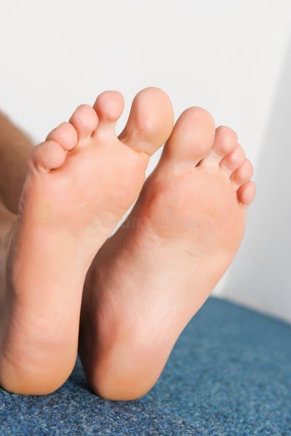 Gezonde mannelijke voeten die comfortabel voelen stock foto's