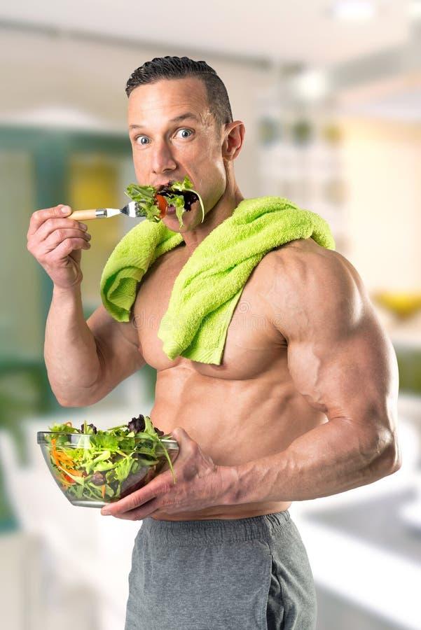 Gezonde mens die een salade eten royalty-vrije stock afbeeldingen