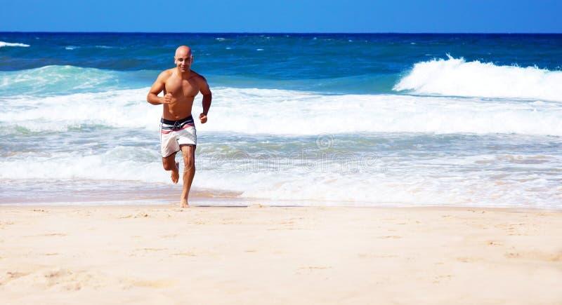 Gezonde mens die op het strand loopt royalty-vrije stock afbeeldingen