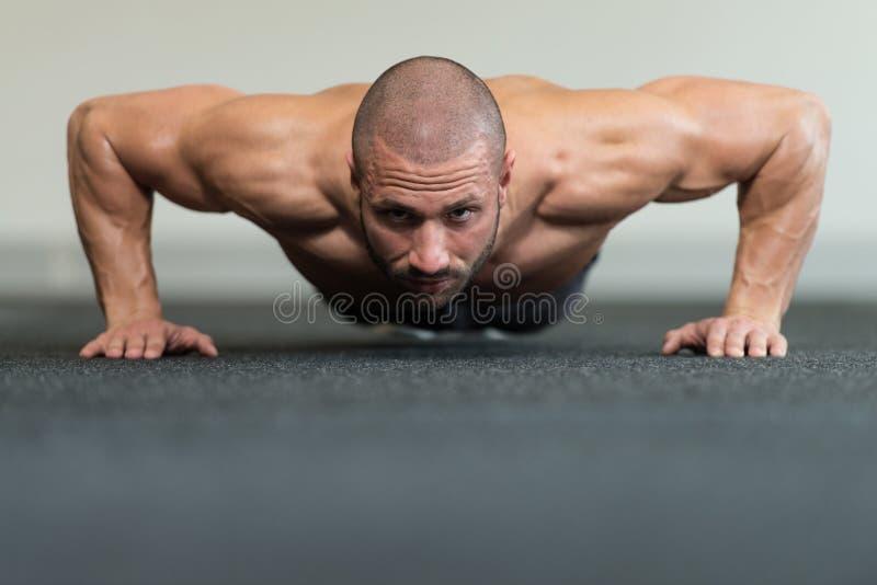 Gezonde Mens die Pers UPS in Gymnastiek doen royalty-vrije stock afbeeldingen