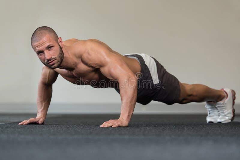 Gezonde Mens die Pers UPS in Gymnastiek doen royalty-vrije stock foto