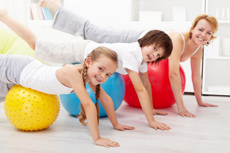 Gezonde mensen die in evenwicht brengende oefening thuis doen stock fotografie