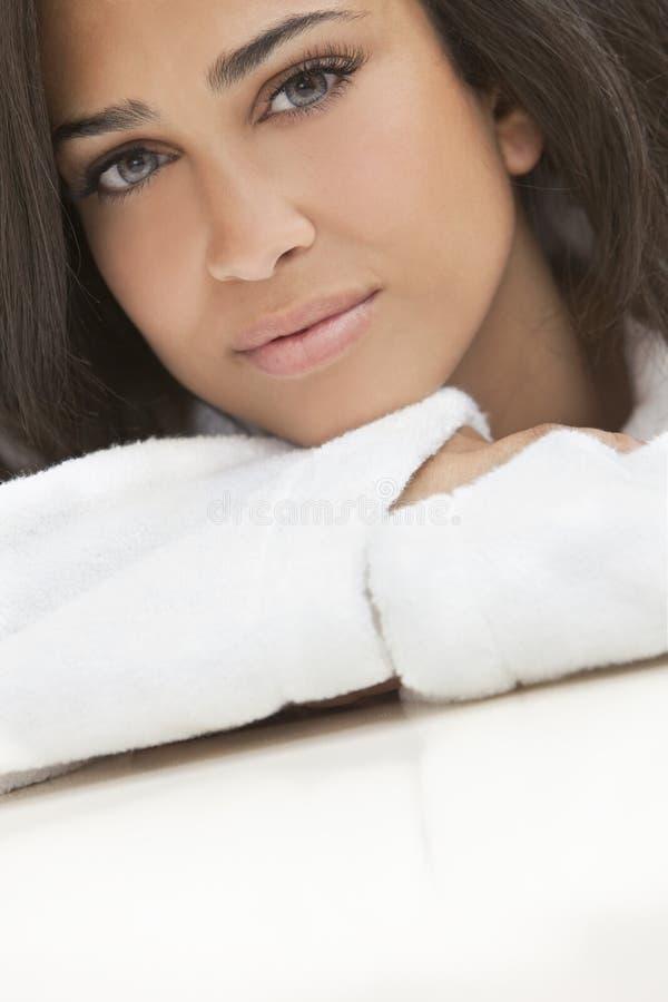 Gezonde Mooie Donkerbruine Vrouw in de Robe van het Kuuroord stock foto