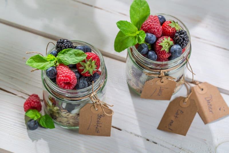 Gezonde muesli met vruchten en yoghurt stock afbeelding