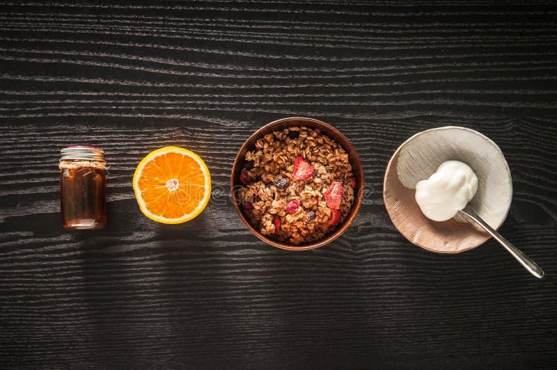 Gezonde muesli van ontbijtgranola met vruchten, yoghurt en honing stock foto's