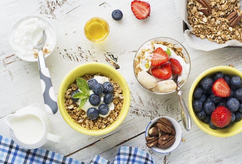 Gezonde ontbijt Verse granola, muesli in kom met melk en bessen op een witte achtergrond royalty-vrije stock afbeeldingen