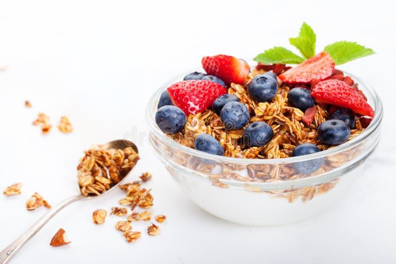 Gezonde ontbijt Verse granola, muesli in kom met melk en bessen Witte achtergrond royalty-vrije stock afbeelding