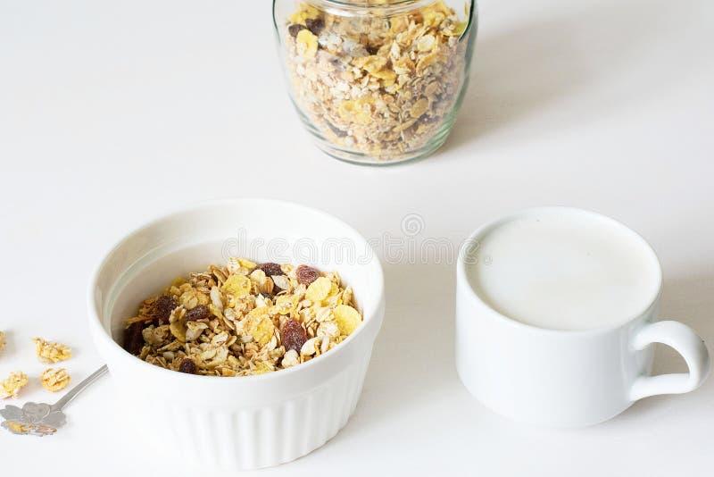Gezonde ontbijt Verse granola op een witte achtergrond stock afbeeldingen