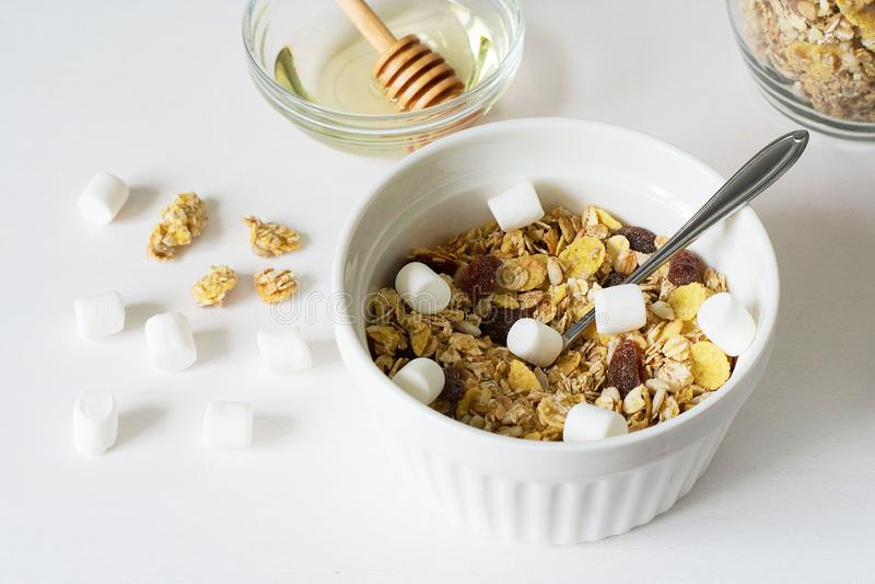 Gezonde ontbijt Verse granola op een witte achtergrond royalty-vrije stock fotografie