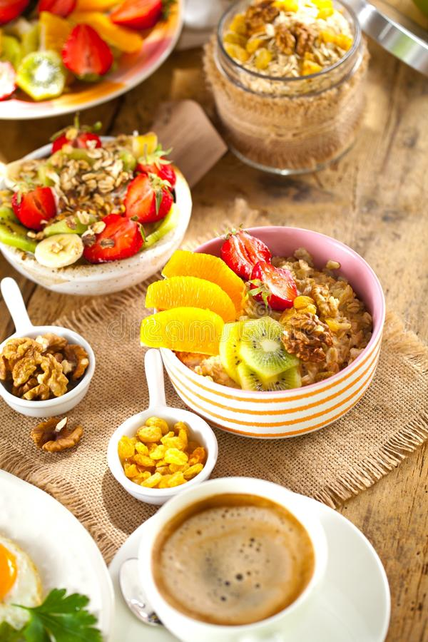 Gezonde ontbijt Verse muesli met yoghurt en bessen op houten achtergrond royalty-vrije stock foto's