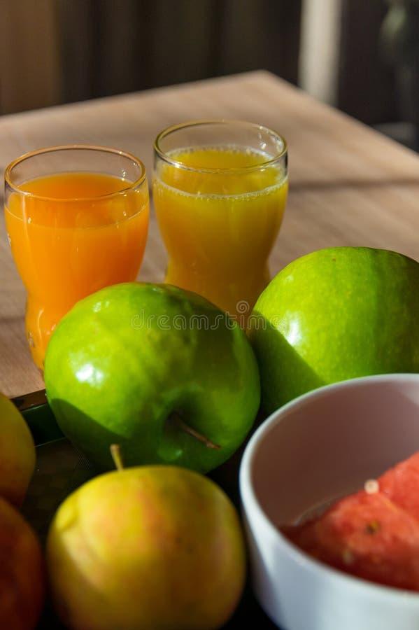 Gezonde ontbijt verse sap en vruchten stock foto