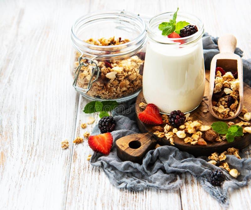 Gezonde ontbijt, yoghurt en granola royalty-vrije stock foto