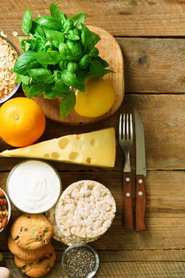 Gezonde ontbijtingrediënten, voedselkader Granola, ei, noten, vruchten, bessen, toost, melk, yoghurt, jus d'orange royalty-vrije stock afbeelding